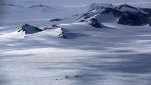 Två Chilenska C-130 hercules fraktplan lastas vid Union Glacier Campp i Antartkis.