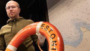 Mihkel Karu, intendent på Meremuuseum i Tallinn med Estonias livboj i handen