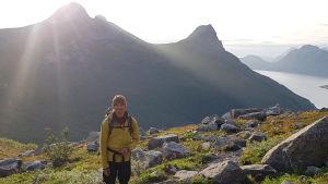Fredrik Aspö uppe i bergen i ett höstigt klimat.