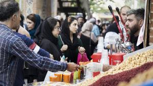 Ihmisvilinää basaarissa Teheranissa.