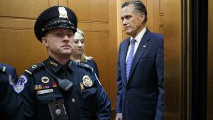 Senaattori Mitt Romney menossa virkarikosoikeudenkäynnin äänestykseen senaatin hissillä.