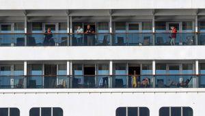 Passagerare ombord på Zaandam fotograferades på fredagen i Panamaviken. Då skulle systerfartyget Rotterdam komma för att leverera förnödenheter och bl.a. testutrustning för covid-19 till Zaandam.