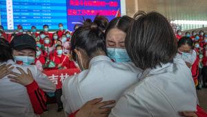 Sjukvårdare från Jilin-provinsen i nordöstra Kina tar avsked från sina kolleger i Wuhan på flygplatsen i Wuhan. Nu får sjukvårdarna från Jilin åka hem igen.