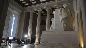 Lincoln-statyn inne i marmortemplet Lincoln Memorial är rätt stor.