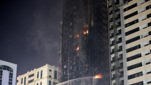Branden i den 48 våningar Abbco Tower i Sharjah krävde inga dödsoffer , men minst sju personer skadades.