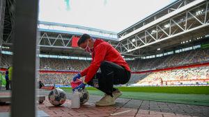 Bollar desinficeras under matchen mellan Fortuna Düsseldorf och Paderborn.