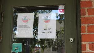en skylt i dörren säger köttkontrollen har stängt