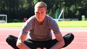 Kristian Bäck stretchar.
