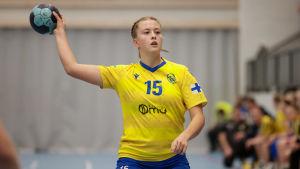 Maja Sannholm med bollen.