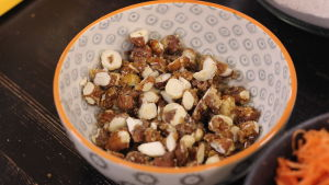 Karamelliserade nötter i en skål på ett bord