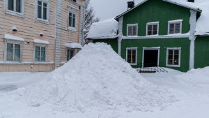 Snöhög på gatan.