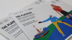 """Arrangörerna gav i början av februari ut sin """"spelbok"""" för hur sommar-OS kan genomföras på ett tryggt sätt. Den saknar ändå viktiga uppgifter om till exempel åskådare i tävlingar."""