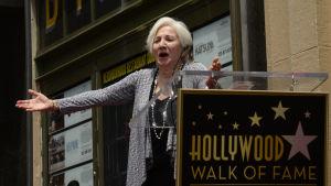 Olympia Dukakis riemuitsee saadessaan tähtensä Hollywoodin Walk of Famelle