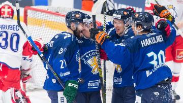 Finlands herrar firar 1–0-målet mot Tjeckien.