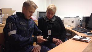Nätpolisen Riku Sukari och specialsocialarbetaren Virpi Pietilä oroade över nätporren