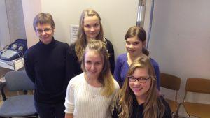 hälsovårdare Gunilla Jordman och elever vid Lovisanejdens högstadium