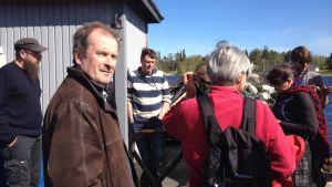 Den utländska gruppen besökte bland annat Larsmo. Thomas Snellman i förgrunden. Fiskaren Roland Semskar i randig tröja.