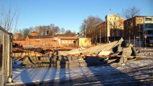 Ett område är avgränsats på grund av ett hus har rivits. I bakgrunden syns fastigheten Fixhuset i Ekenäs.