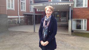 Anna Grönlund utanför Bromarv skola.