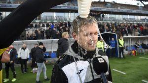 Vesa Vasara får vatten över huvudet