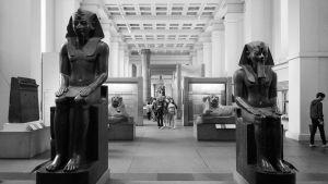 Egyptiska statyer på British museum. Svartvitt foto.