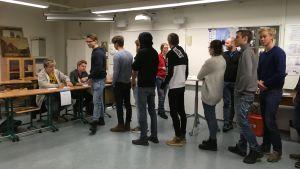 Elever köar för att få rösta i ungdomsvalet 2018.