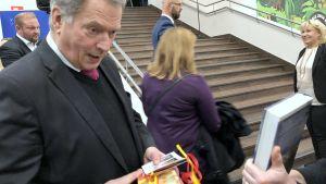 Sauli Niinistö fick en present till sin son.
