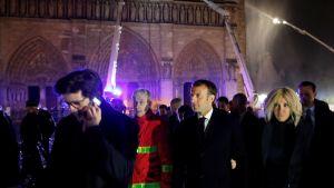 Notre-Dame brinner. Emmanuel Macron på plats.
