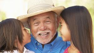 farfar med sina två barnbarn intill sig.