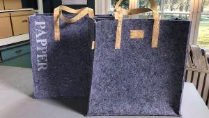 två sydda väskor för återvinning av papper och pant