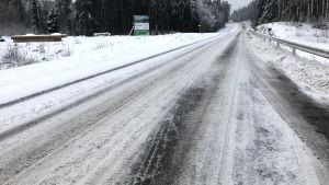 Snöig landsväg.