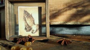 asetelma jossa rukoilevat kädet makaronia tähtianista