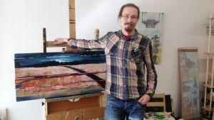 Antti Raatikainen i sitt arbetsrum