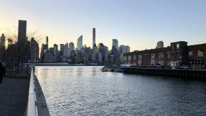 Fin utsikt mot solnedgång över Manhattan från Amazons blivande huvudkontor på Long Island City