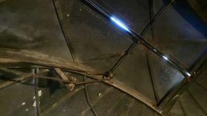 Observatorium, himlen syns genom en liten springa i taket.