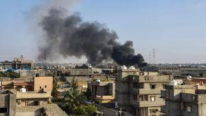 Rökmoln över förorten Tajoura efter en flygräd utförd av LNA den 29 juni.