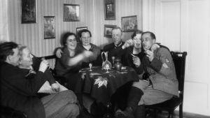 En svartvit bild på ett festande sällskap vid ett bord under förbudslagen.