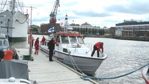 Servicebåten Caritas i Åbo hamn.