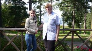 Jenny Grabber och Camilla Hellbom, två av Bromarfhemmets vårdare står på äldreboendets altan. Bakom höga tallar, gräsmatta och havsutsikt.