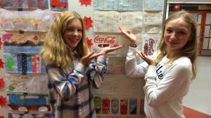Minea friman och Lydia Brenner åk 6 i S.t Karins svenska skola framför teckningar som eleverna ritat.