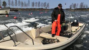 Fiskaren Dan Falk vid Långskärets fiskehamn i Sundom.