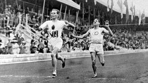 Hannes Kolehmainen besegrar Jean Bouin på 5000 meter i OS 1912.