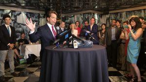 Anthony Scaramucci berättar  med händerna på journslistträff