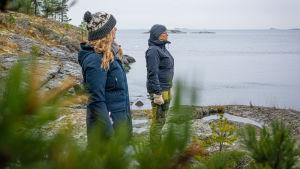 sarah och Johanna står på klippan och tittar ut över havet.