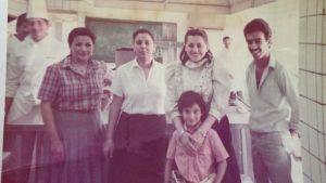 Athra al-Nawas i mitten på gammal bild från sitt undervisningskök i Irak.