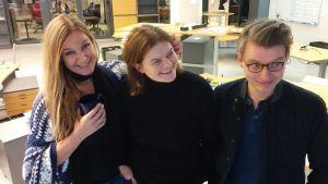 Anne Hietanen, Silja Sahlgren-Fodstad och Petter Lindberg poserar