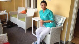 Roya Chatran från Iran jobbar på Hemmet i Åbo