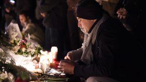 Terrorattackens offer hedrades på olika håll i Paris den 14 november 2015.