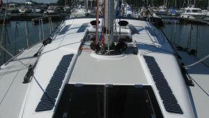 """""""Utsläppsfri"""" segelbåt med elmotor och solpaneler."""