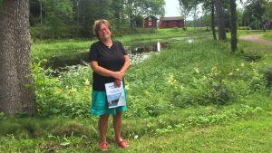 Chefredaktör Margita Björklöf i Fargervik med Barösundsbladet i handen.
